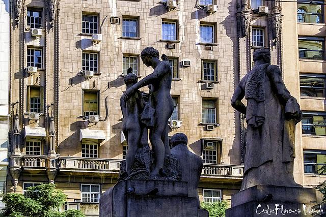 Monumento a Sáenz Peña detrás ventas al sol .