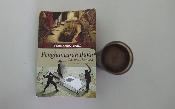 Buku Penghancuran Buku dari masa ke masa karya Fernando Baez