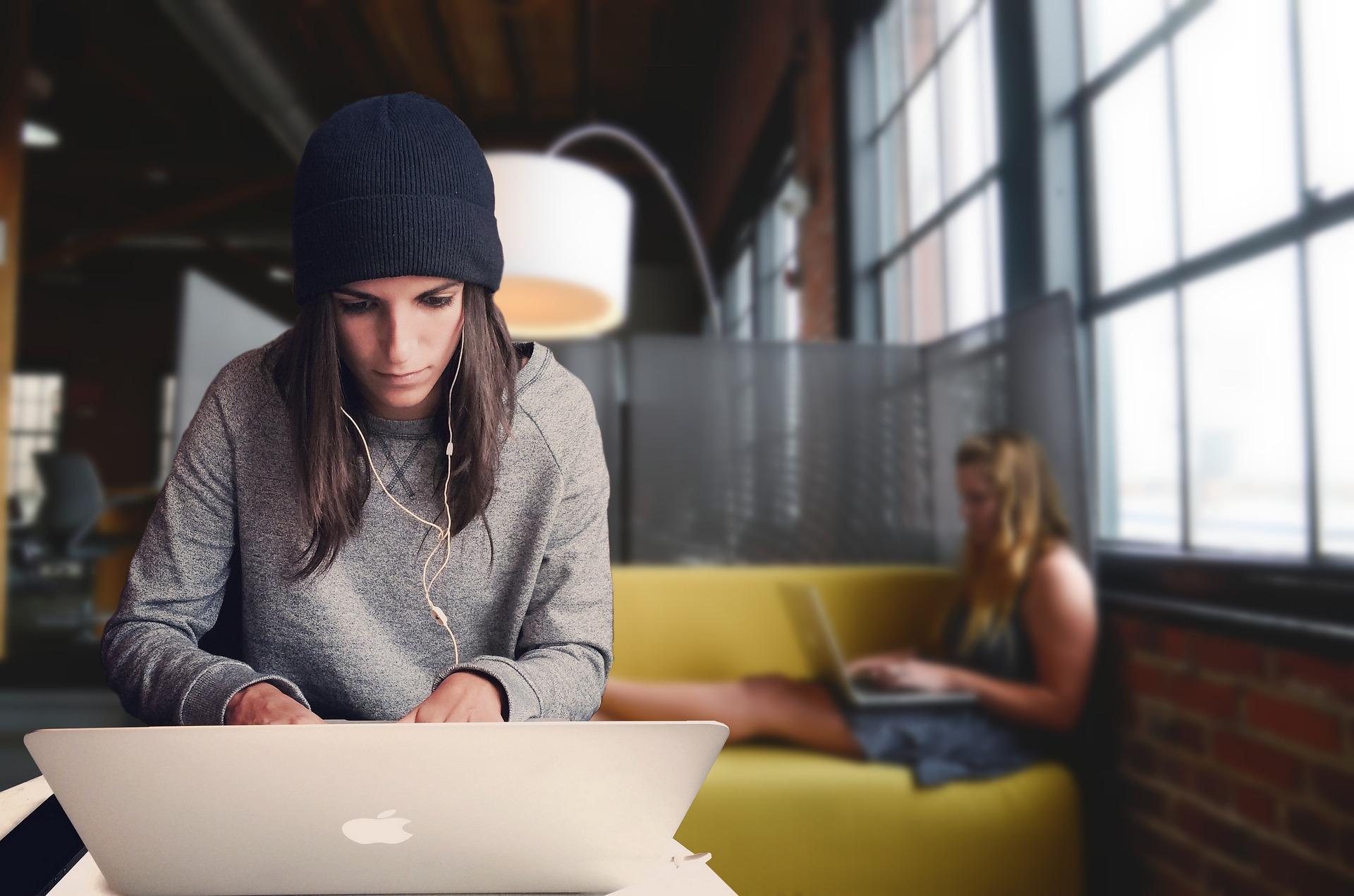 الموظف الناجح في بيئة العمل الإيجابية