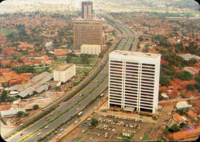 Jalan Jenderal Sudirman pada tahun 1977, dengan Wisma Metropolitan di depannya, di belakang adalah Hotel Sahid Jaya dan Arthaloka