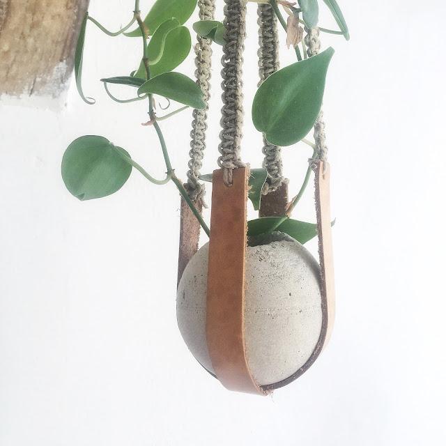 květináč z betonu na drhaném závěsu