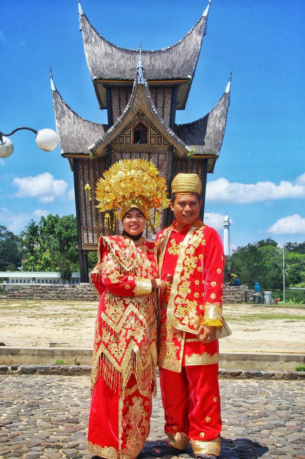 Pasangan Bahagia Bergaya Dengan Pakaian Tradisional Melayu Minang Di Istana Pagar Ruyong