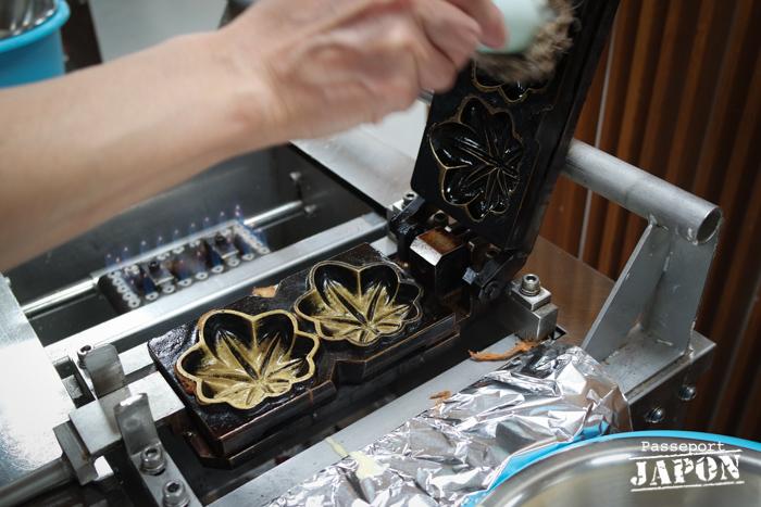 Préparation du moule à momiji manju, atelier Yamadaya, Miyajima, Hiroshima-ken