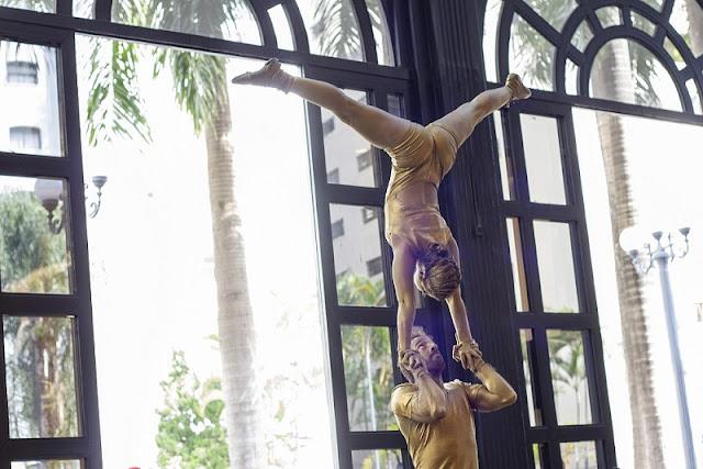 Acrobatas Dourados se apresentando no evento Maratona Cultural Kids do Shopping Patio Higienópolis SP.