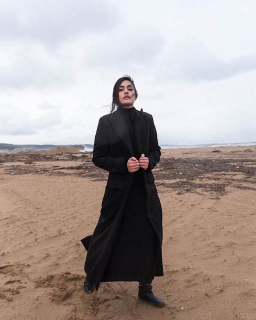 'Ertugrul Photography' lead actress Esra Bilgic stuns in all-black outfit in her photo shoots