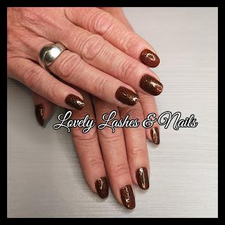 Foto van nagels met glitter gellak in Dronten op www.lovelylashesnails.nl