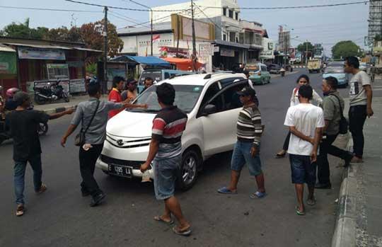 sopir angkot kembali bentrok dengan taksi online