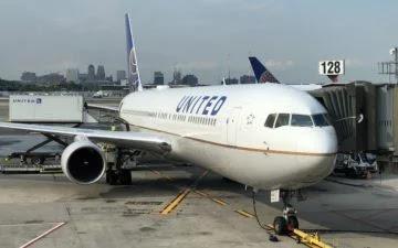 عطسة تجبر طائرة ركاب علي الهبوط فورا - تفاصيل الحادثة