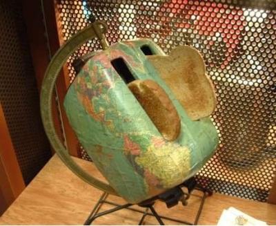 Pemanggang roti dengan motif peta yang dipasang pada bekas globe stand.