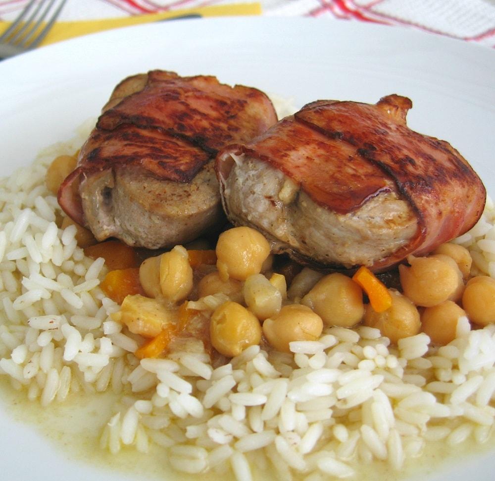 Medalhões de porco com feta em bacon crocante /Pork medallions with feta in crispy bacon