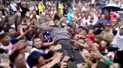 Agus Harimurti Yudhoyono (AHY) lompat panggung ditangkap penonton
