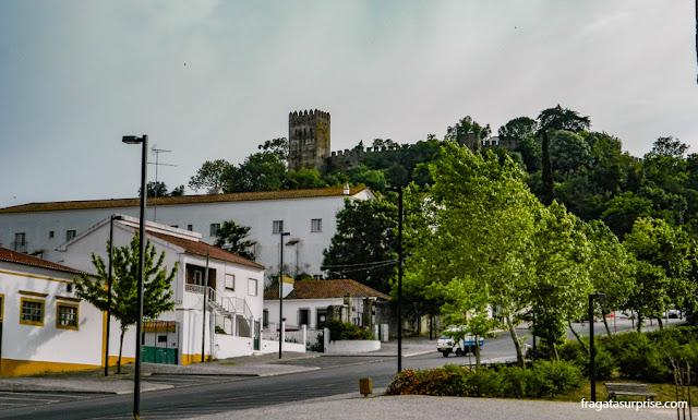 O castelo visto da praça central da cidade de Montemor-o-Novo