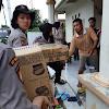 Polwan Polri Gotong Royong Distribusikan Bantuan Sembako.
