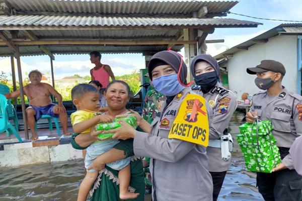 Aksi Peduli TNI-Polri Pada WargaTerdampak Rob Tuai Pujian Warganet