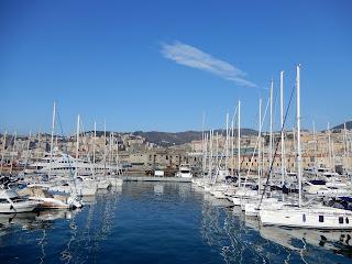 ジェノヴァ水族館から見る港の風景