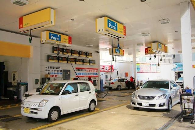 As mangueiras de combustível saem do teto do posto de gasolina... Elas são muito longas e parece que não tem fim