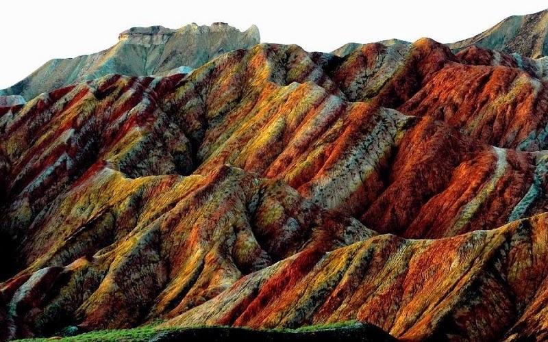 En la provincia de Gansu se encuentran estas impresionantes montañas de colores que constituyen un paisaje que se extiende durante unos 300 kilómetros cuadrados y que es digno de un mundo de fantasía. Es una zona climatológica de escasas lluvias que comparte con el desierto del Gobi y, como suelen decir los viajeros, recuerda a las botellitas con arena de colores.