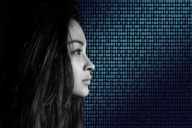 Chica en entorno digital