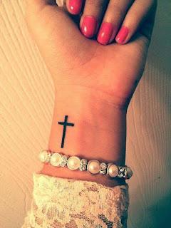 Tatuaje pequeño de cruz