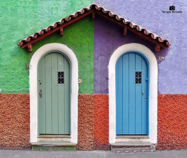 Close-up de Portas de antigas casas geminadas na Liberdade - São Paulo
