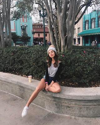 poses tumblr sentada en la calle casual