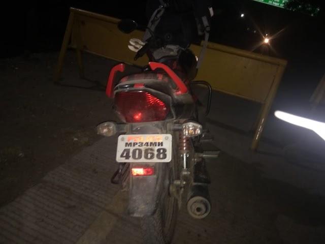 पुलिस/ प्रेस लिखी गाड़ियों पर खास नजर.. पुलिस लिखी बाइक सवार युवक के बैग में मिले डेढ़ लाख से अधिक.. दस्तावेज के अभाव में जब्त हुई रकम..