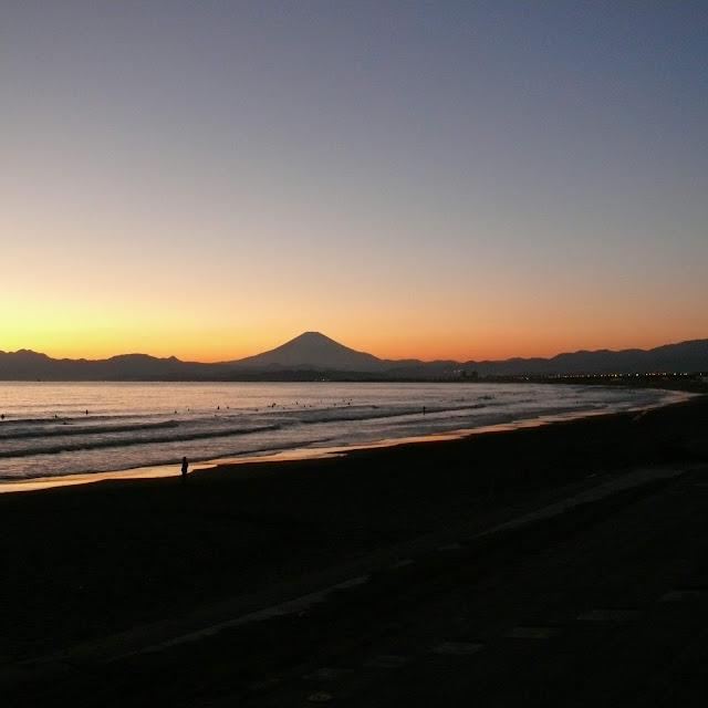 片瀬西浜 夕日 富士山