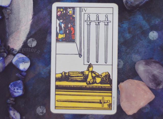 Saiba o significado da Carta 4 de Espadas no Tarot do amor, dinheiro e trabalho, na saúde, como obstáculo ou invertida e como conselho.