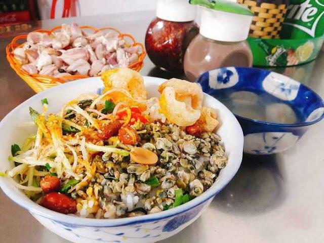 Cơm hến/ bún hén là món ăn với các nguyên liệu dân dã như: cơm (bún), hến xào, hành phí, giá đỗ, lạc rang, rau ngò...ăn rất lạ miệng với giá chỉ 10,000-20,000vnđ/tô. (Ảnh: wiki-travel.com.vn)