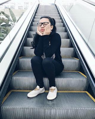 poses tumblr en escaleras de centro comercial