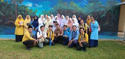 Cikgu Asif dan muridnya di SMK Paya Rumput, Melaka
