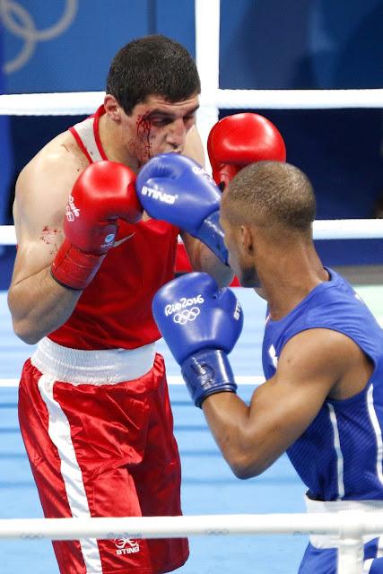 Roniel Iglesias (azul) de Cuba, derrota a Vladimir Margaryan (rojo) de Armenia, en los octavos de final de la categoría de los 69 Kg del boxeo de los Juegos Olímpicos de Río de Janeiro, en el pabellón 6 de Riocentro, en Barra de Tijuca,  Brasil, el 11 de agosto de 2016.