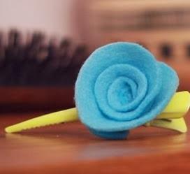 http://lasmanualidades.imujer.com/6656/como-hacer-broches-con-flores-de-fieltro