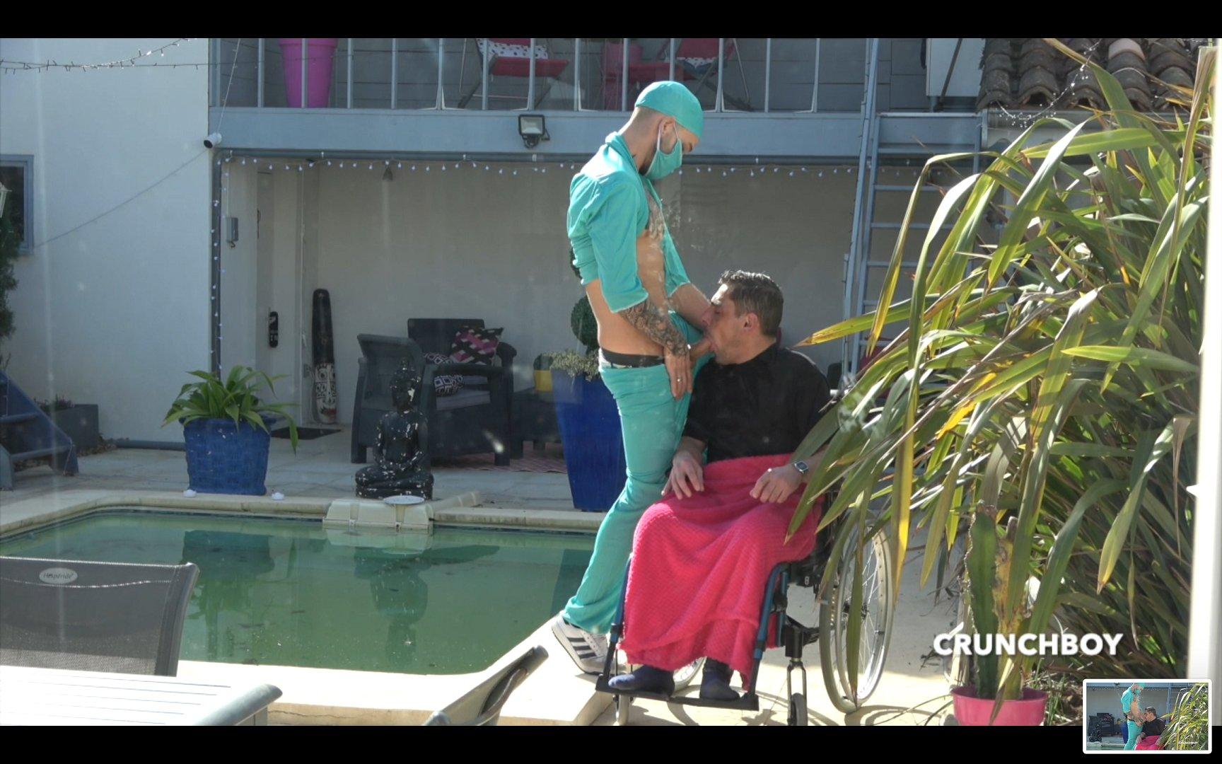 manándosela al enfermero