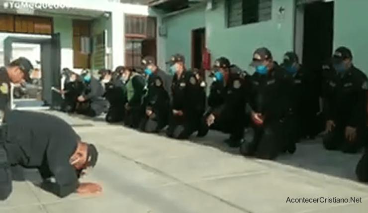 Policías peruanos orando contra el coronavirus