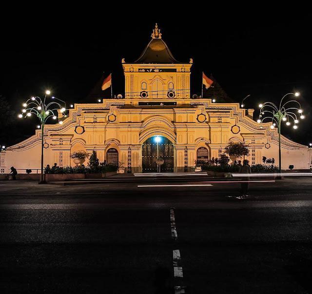 masjid agung sumenep di malam hari
