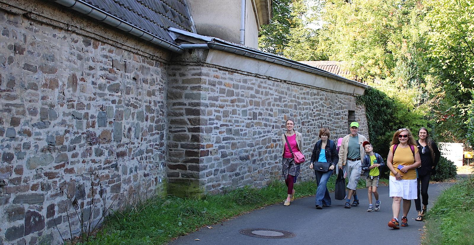 У монастырской стены Мертена.