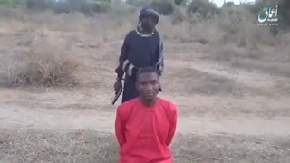 """جندي طفل من داعش يُعدم طالبا مسيحيا نيجيريا، ويعلن """"لن نتوقف"""""""