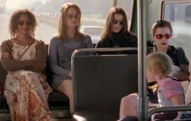 cena ônibus em jovens bruxas