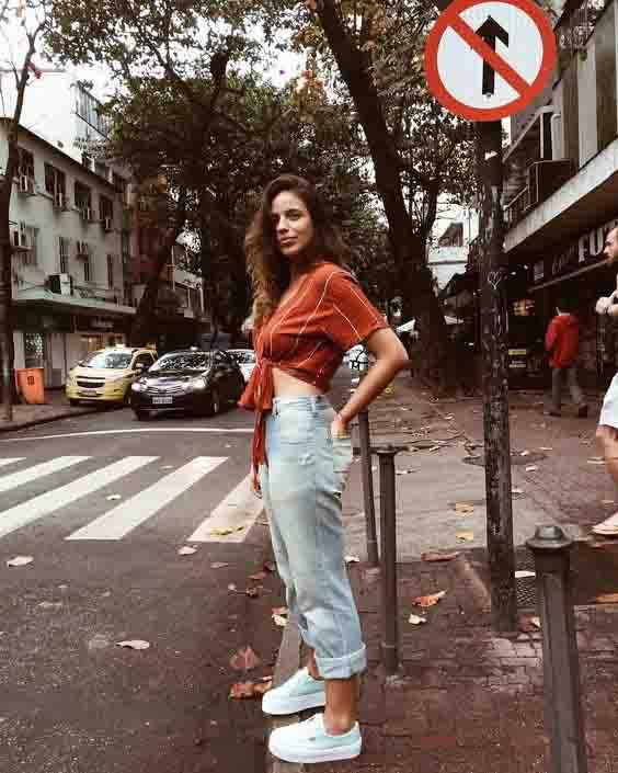 Calça mom jeans, cropped listrado e tênis branco