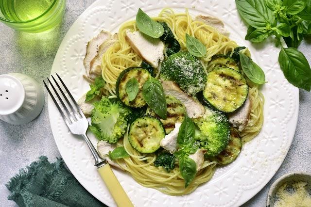 Csirkés spagetti cukkinivel és brokkolival: így lesz diétás a tészta