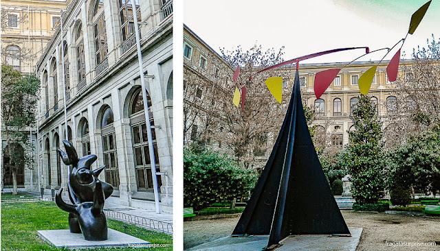"""Escultura """"Touro"""", de Pablo Picasso, e móbile de Alexander Calder no Centro de Artes Reina Sofia, Madri"""