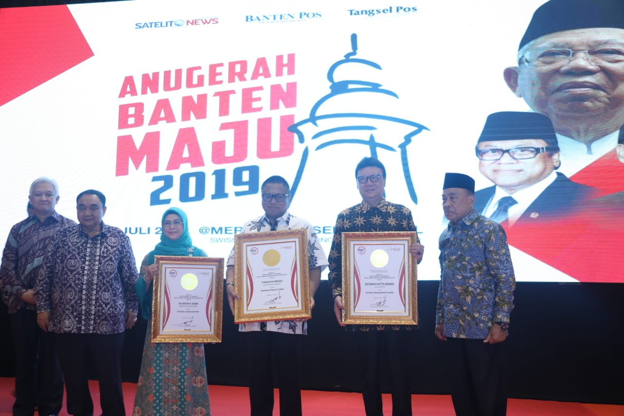 """Mendagri Terima Penghargaan """"Pamong Praja Utama"""" Dari Media Rakyat Merdeka Group"""