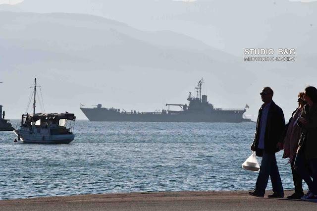 """Το αρματαγωγό του Πολεμικού Ναυτικού """"Χίος"""" στο Ναύπλιο (βίντεο)"""