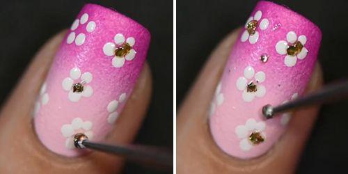 desenhando florzinhas na unha decorada rosa
