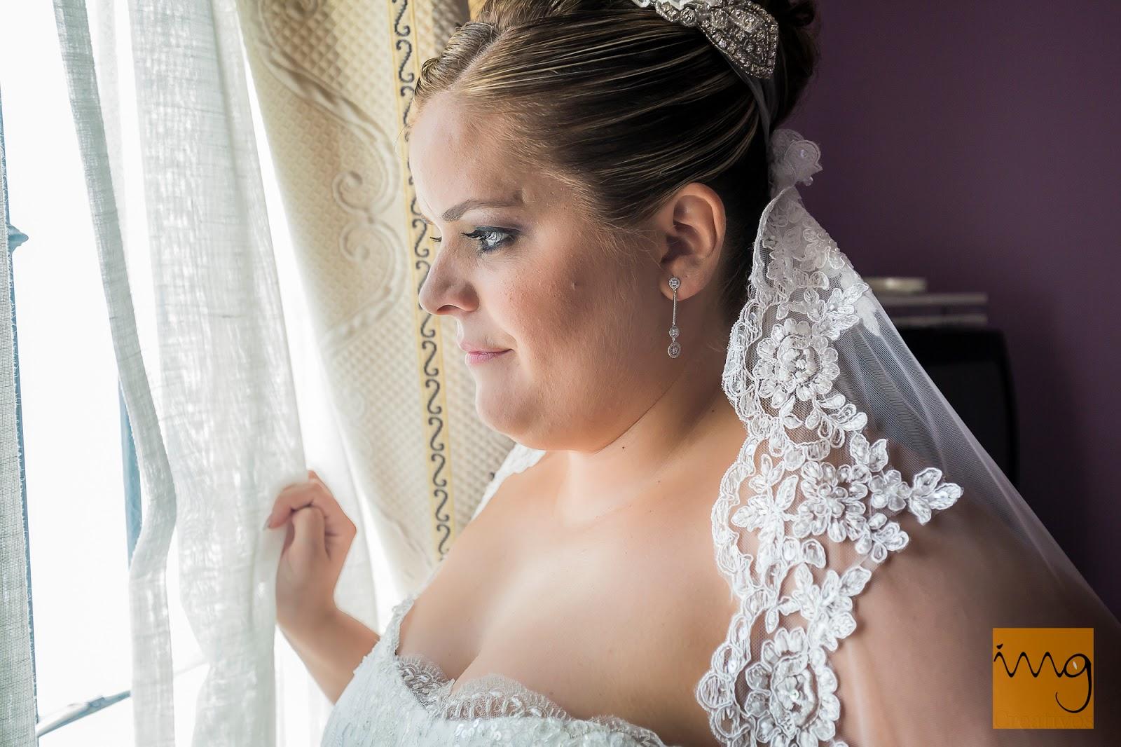 Retrato de boda frente a la ventana