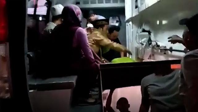 Ustaz Nur Maulana Tak Kuasa Menahan Tangis saat Angkat Jenazah Istri