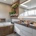 Banheiro com banheira marrom e fendi + bancada de porcelanato e jardim vertical!