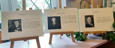 Zdjęcie przedstawia trzy sztalugi. Na pierwszej znajduje się zdjęcie Andre Nortona i krótka biografia. Na drugiej sztaludze znajduje się zdjęcie Giacomo Casanovy wraz z krótką biografią,  Na trzeciej sztaludze znajduje się zdjęcie Juliana Przybosia i jego krótka biografia.