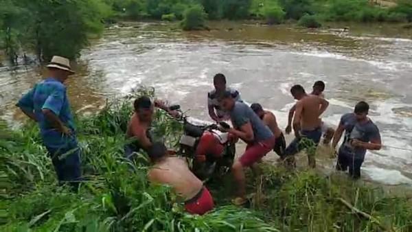 Bombeiros fazem buscas para encontrar jovem que caiu de moto em rio enquanto fazia entregas no Ceará